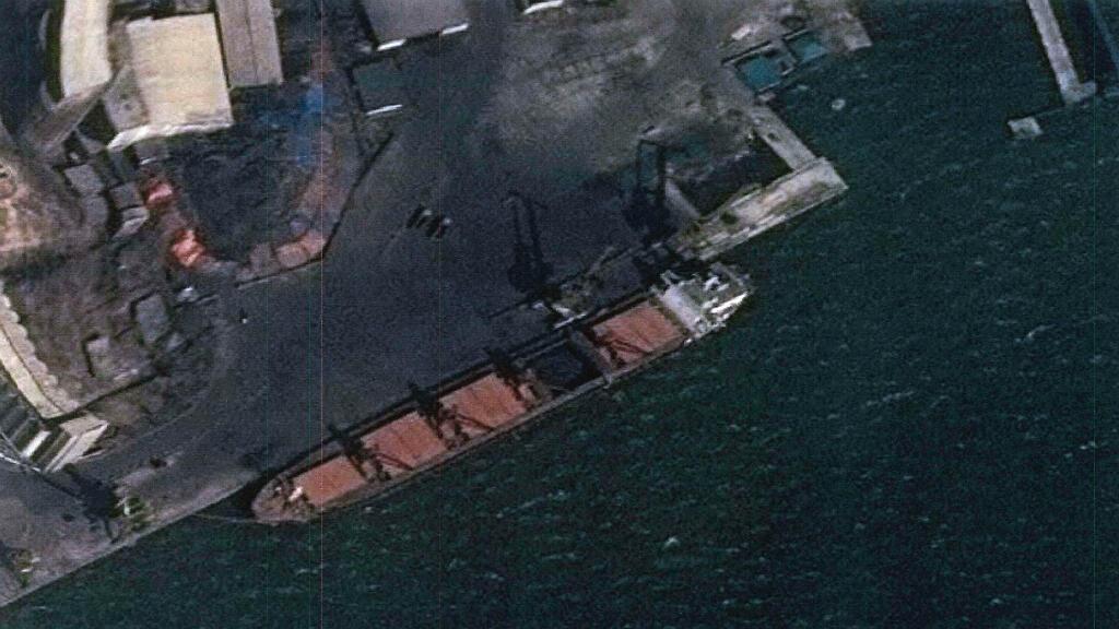 """Foto sin fecha cedida por el Departamento de Justicia de Estados Unidos que muestra al buque norcoreano """"M/V Wise Honest"""", confiscado por el Gobierno de Estados Unidos, por violar las sanciones internacionales."""