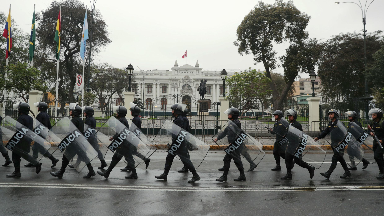 La policía vigila fuera del Congreso, después de que el Presidente Martín Vizcarra cerró el Congreso en Lima, Perú, 1 de octubre de 2019.