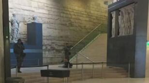 Vendredi 3 février 2017, vers 10h du matin, un homme armé de deux machettes a agressé une patrouille de militaires de l'opération Sentinelle au carrousel du Louvre, dans le centre de Paris.