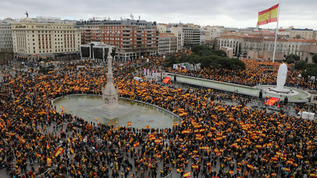 La gente se reúne durante una protesta convocada por los partidos de la oposición de derecha contra el presidente, Pedro Sánchez, en la plaza Colón en Madrid, España , el 10 de febrero de 2019.