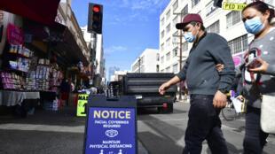 Un letrero recuerda a los peatones el requisito del uso de máscaras faciales debido al coronavirus en Los Angeles, California, el 12 de noviembre de 2020