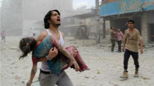 Une enfant blessée par une bombe au TNT jetée par les forces syriennes à Alep, le 3 juin 2014.