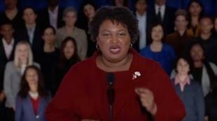 La excandidata a la Gobernación de Georgia, Stacey Abrams, entrega la respuesta demócrata al discurso del Estado de la Unión del presidente de Estados Unidos, Donald Trump, en Washington DC, el 5 de febrero de 2019.