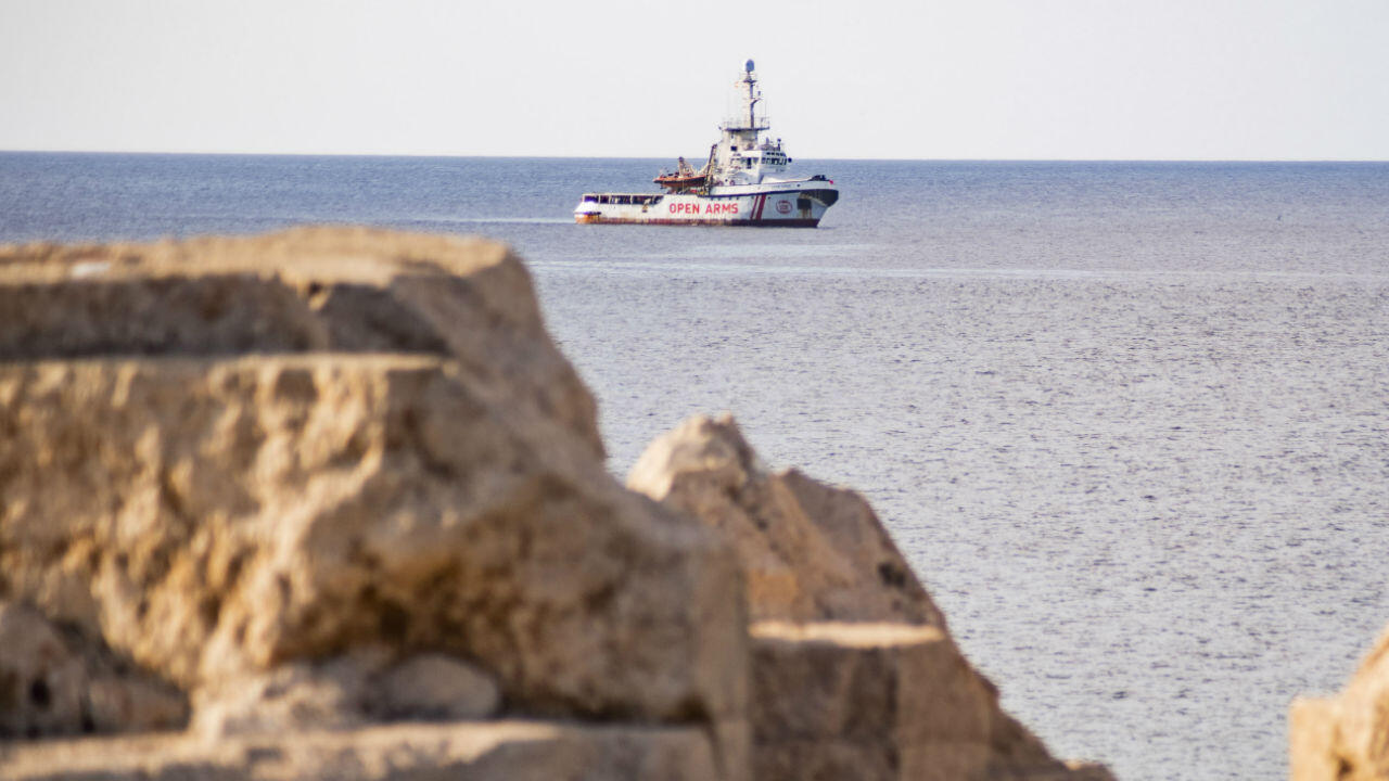 """سفينة الإغاثة التابعة للمنظمة غير الحكومية الإسبانية """"أوبن آرمز"""" قبالة ساحل جزيرة لامبيدوزا الإيطالية في 17 آب/أغسطس 2019."""