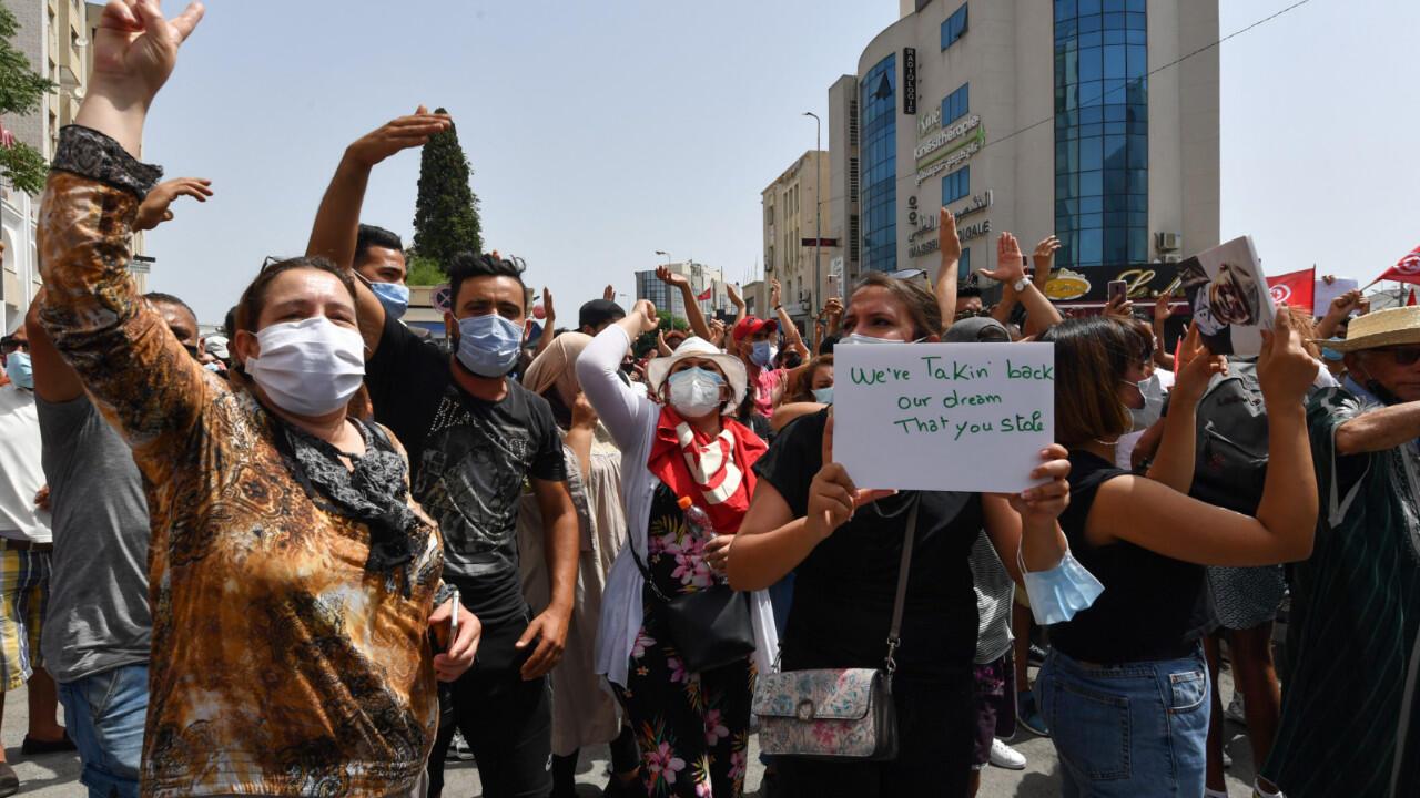 Des manifestants tunisiens lors d'un rassemblement devant le Parlement, à Tunis le 25 juillet 2021.