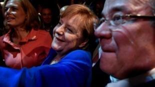 المستشارة الألمانية أنغيلا ميركل تلتقي زملاءها من الحزب المسيحي الديموقراطي بعد المشاركة في مناظرة تلفزيونية مع خصمها مارتن شولتز في برلين في 3 أيلول/سبتمبر 2017