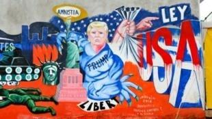"""جدارية بعنوان """"نحن مهاجرون ولسنا مجرمين"""" للفنان لويس سوتيلو"""