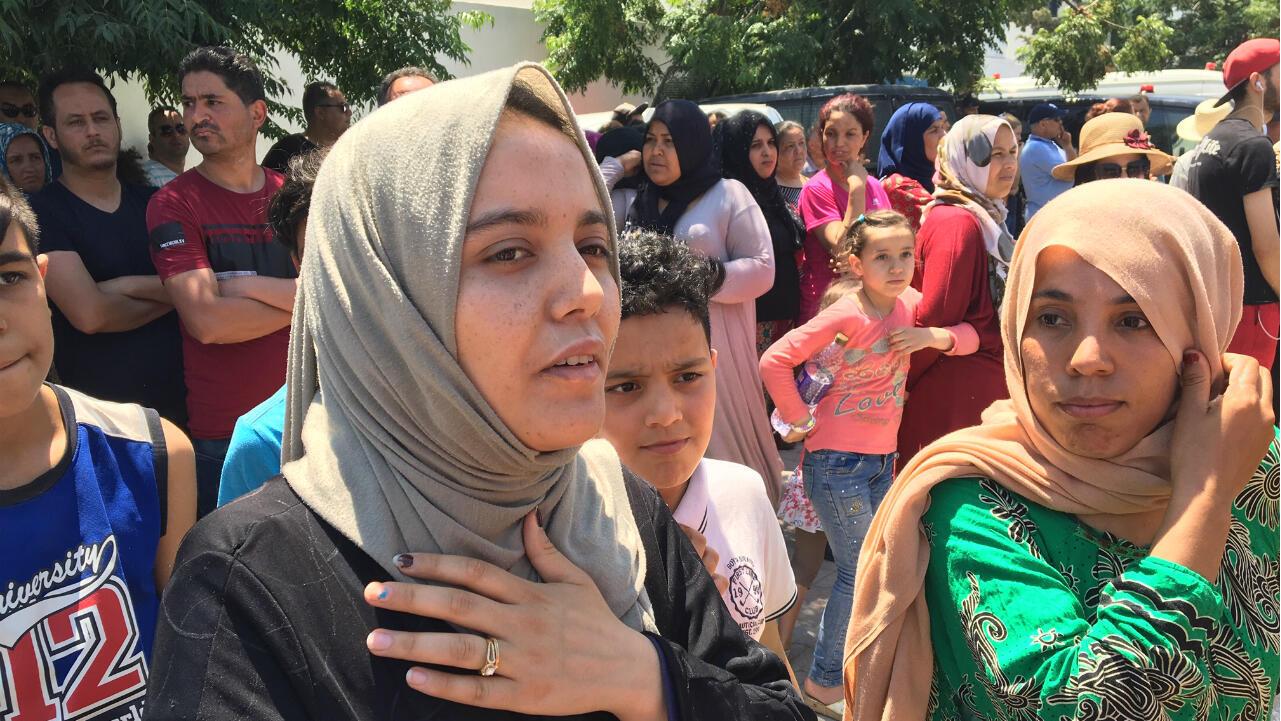 Postée près du cimetière de Sidi Hassine, à Tunis, Amal déplore les conditions difficiles de policiers confrontés au terrorisme, le 28 juin 2019.