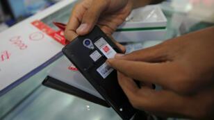 Archives. Un vendeur de cartes sim en Birmanie.