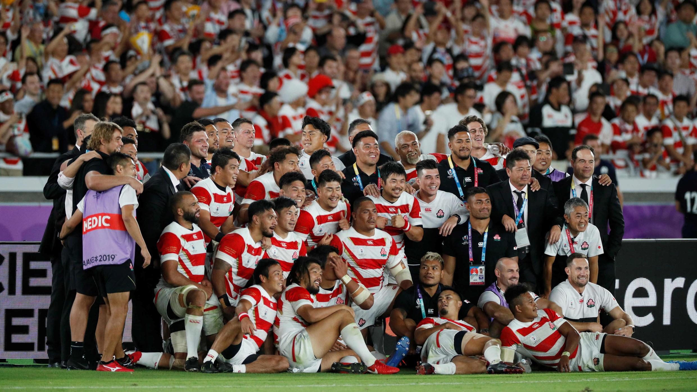 El plantel de Japón celebra tras vencer a Escocia y lograr la clasificación a cuartos de final del Mundial de Rugby, en Yokohama, el 13 de octubre de 2019.
