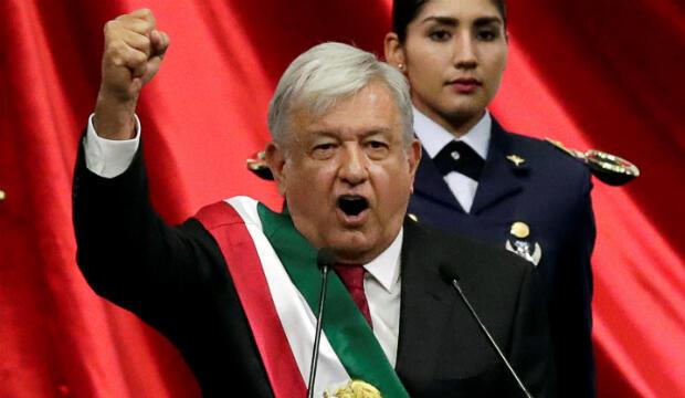 El nuevo presidente de México, Andrés Manuel López Obrador (con el bastidor presidencial) hace un gesto durante su ceremonia de inauguración en el Congreso, en Ciudad de México, México, el 1 de diciembre de 2018.