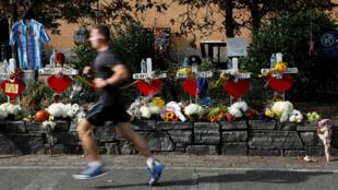 Un hombre pasa corriendo el 3 de noviembre de 2017 frente a los monumentos montados a lo largo de un carril de bicicletas para recordar a las víctimas del ataque en Nueva York.