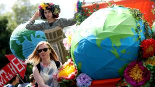 Activistas participan en una marcha contra el cambio climático en el Día Internacional de la Madre en Londres, Reino Unido. 12 de mayo de 2019.