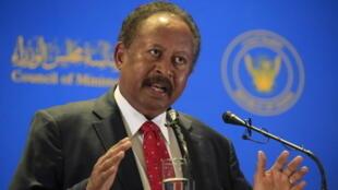 رئيس الوزراء السوداني عبد الله حمدوك متحدثا في الخرطوم في 8 شباط/فبراير 2021