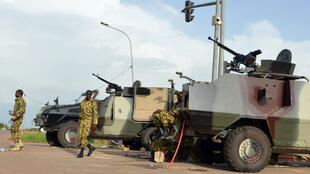 Les militaires d'élite de l'armée burkinabè ont posté leurs véhicules blindés devant le palais présidentiel à Ouagadougou, le 17 septembre 2015.