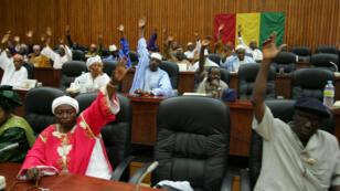 Des parlementaires guinéens votant, le 23 février 2017, à Conakry.
