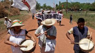 Archivo-Grupos de nativos bolivianos marchan cerca de San José, Bolivia, el 27 de septiembre de 2019.