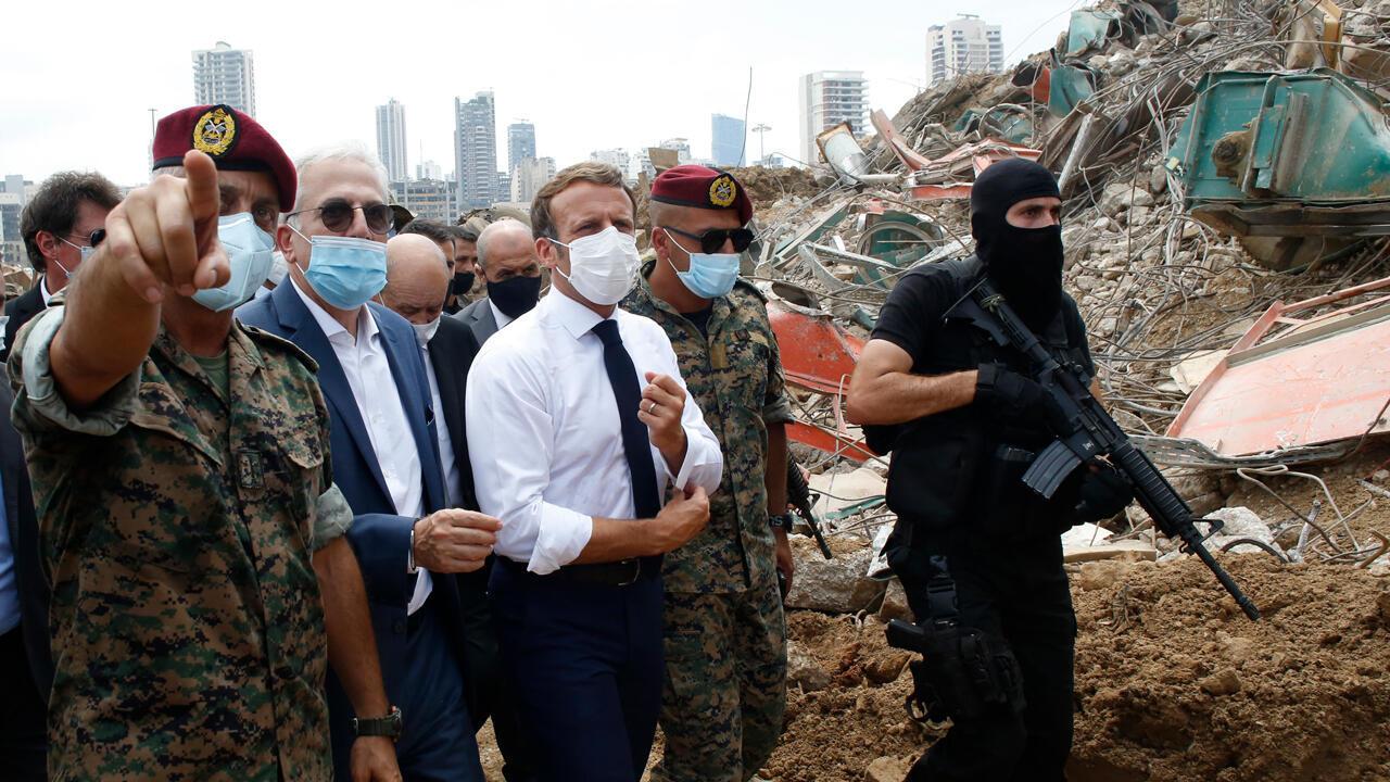 El presidente francés, Emmanuel Macron (C), rodeado de militares libaneses, visita el sitio devastado de la explosión en el puerto de Beirut, el 6 de agosto de 2020, dos días después de la explosión masiva que devastó la capital libanesa.