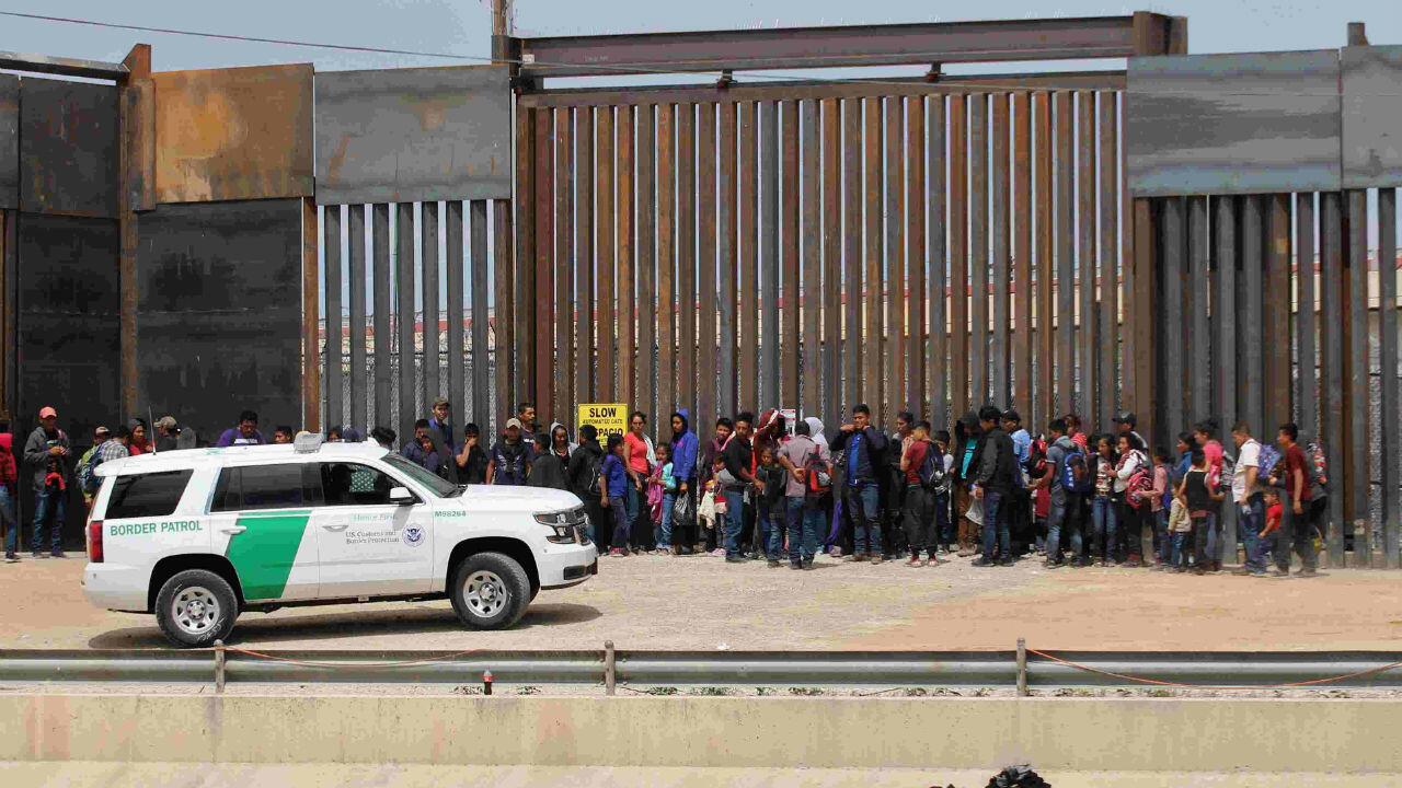 Des migrants à la frontière entre le Mexique et les États-Unis, à Ciudad Juarez, côté mexicain, le 7mai2019.