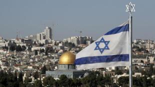 Un drapeau israélien en face de la vieille ville de Jérusalem, le 1er décembre 2017.