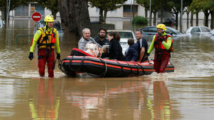 Los rescatistas evacuan a los residentes de un vecindario tras las inundaciones que azotaron el departamento de Aude, Francia. 15 de octubre de 2018.