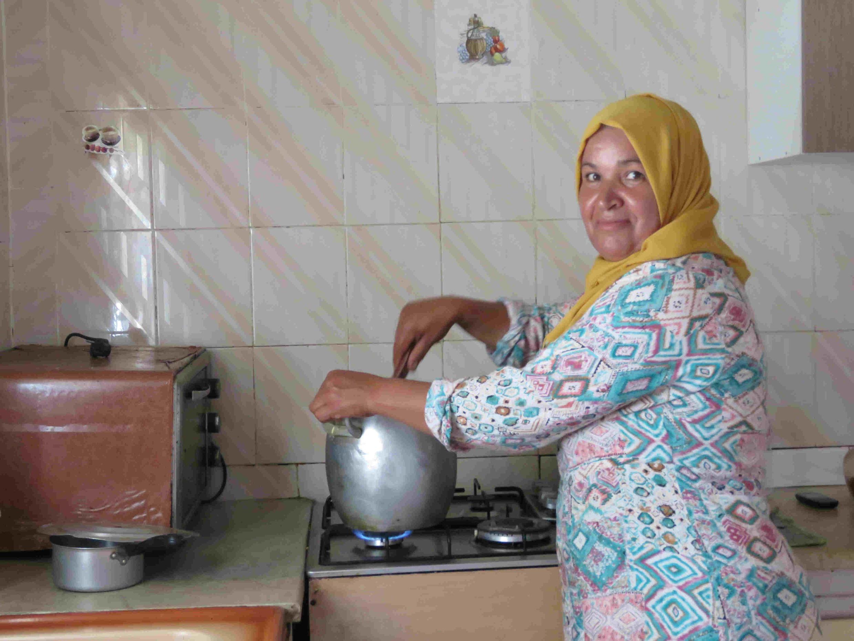 Le concours a lieu chez Hinda Jlass qui pour l'occasion prépare son meilleur couscous.