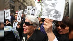 Decenas de personas marcharon en homenaje a las víctimas de la dictadura y al fallecido presidente Salvador Allende por los alrededores del Palacio de La Moneda de Santiago, Chile, el martes 11 de septiembre de 2018.