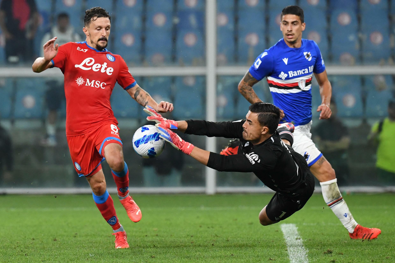 Il portiere dello Zamboria Emil Odero, il difensore portoghese del Napoli Mario Rui (sinistro), sono intervenuti a Genova il 23 settembre 2021