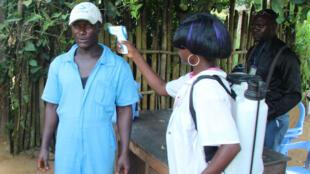 Contrôle de la température des passagers à l'aéroport Boende en République démocratique du Congo, le 8 octobre 2014.