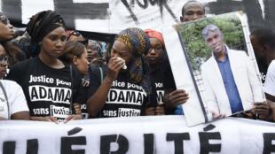 La famille d'Adama Traoré, lors d'une marche organisée à Paris pour demander que les conditions de la mort du jeune homme soient éclaircies, le 30 juillet 2016.