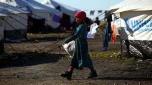 Une jeune syrienne dans un camp de réfugiés dans le village de Ain Issa le 25 mars 2017.