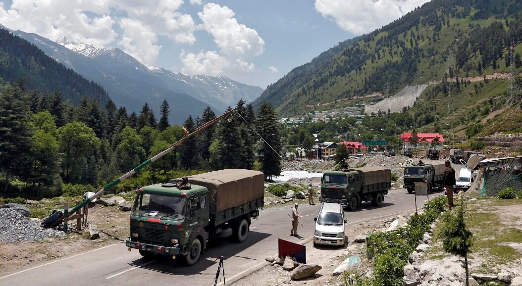 Camiones del ejército indio se mueven a lo largo de una carretera que conduce a Ladakh, cerca de la frontera con China, el 17 de junio de 2020.