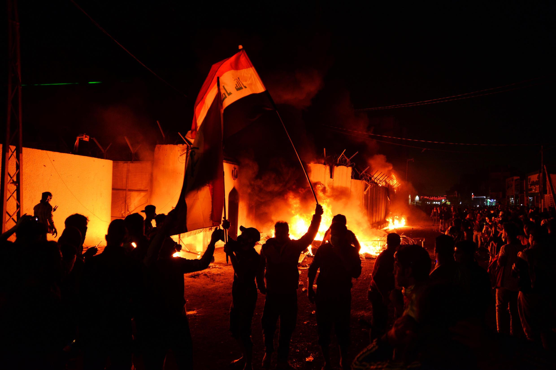 محتجون يضرمون النار في القنصلية الإيرانية بالنجف