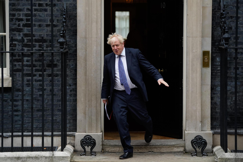 رئيس الوزراء البريطاني بوريس جونسون مغادرا مقر الحكومة في وسط لندن في 8 أيلول/سبتمبر 2020