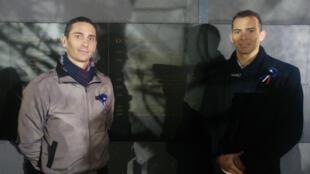 Quentin et Adrien Andreoli posent près du nom de leur père, l'adjudant Xavier Andreoli, mort en 2001 en Bosnie-Herzégovine, le 11 novembre 2019, lors de l'inauguration du monument aux morts en Opex.