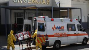 Paramédicos transportan a un paciente sospechoso de estar infectado con el nuevo coronavirus, COVID-19, en el Hospital General, en Ciudad Juárez, México, el 13 de mayo de 2020.