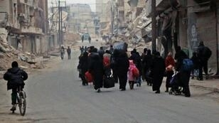 نازحون يغادرون حي السكري في شرق حلب في 12 كانون الأول/ديسمبر 2016