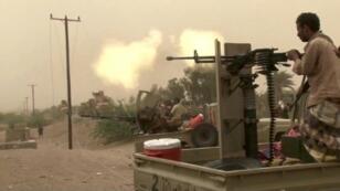 قوات يمنية موالية للحكومة تطلق النار في جنوب مطار الحديدة في 15 حزيران/يونيو.