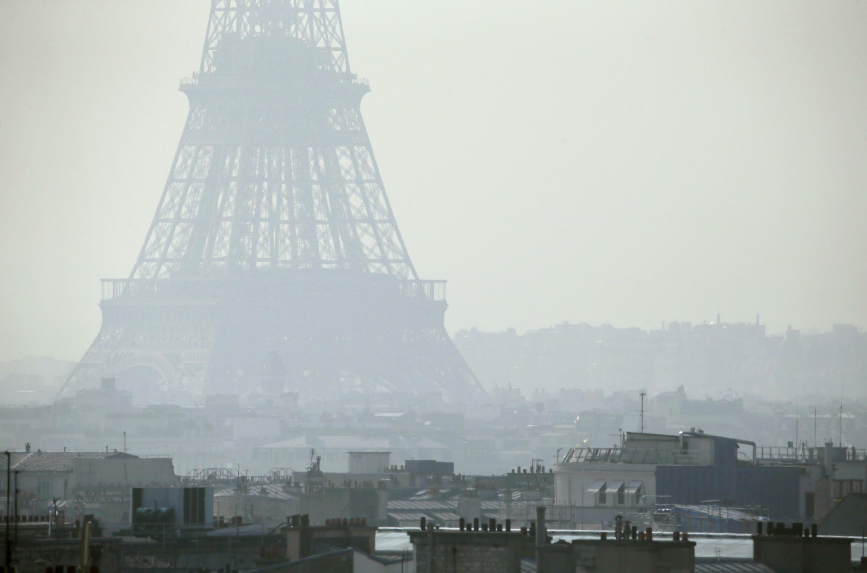 La Tour Eiffel à travers un air pollué, le 14 mars 2014
