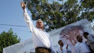 López Obrador saluda a sus seguidores durante un acto de campaña en Milpa Alta, México, el 20 de abril de 2018.