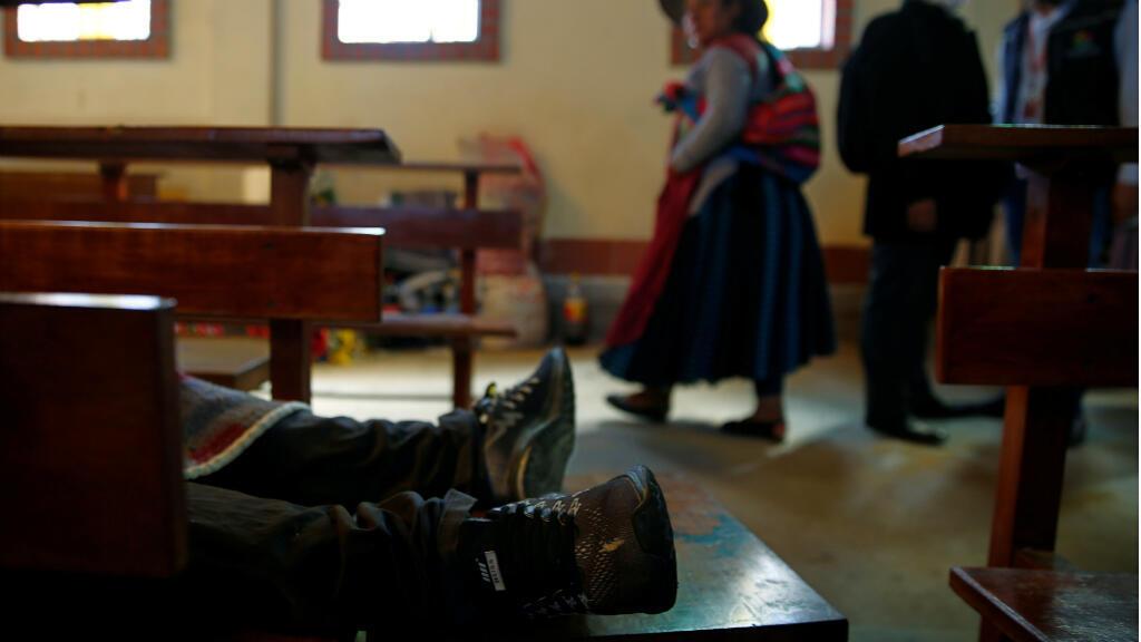 El cuerpo de un manifestante yace en la iglesia de San Francisco en El Alto, Bolivia, muerto en enfrentamientos entre seguidores y detractores del expresidente Evo Morales, en una imagen del 20 de noviembre de 2019.