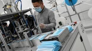 """La """"première"""" usine de production de masques d'Ile-de-France, ouverte en quelques semaines par un homme d'affaires Chinois, a été officiellement inaugurée le 14 mai 2020 au Blanc-Mesnil (Seine-Saint-Denis)"""