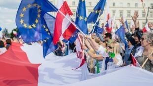 مظاهرة سابقة في وارسو دفاعا عن الاتحاد الأوروبي