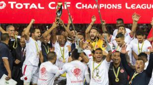 لاعبو الوداد البيضاوي يحتفلون بكأس أبطال أفريقيا عقب فوزهم على الأهلي المصري.