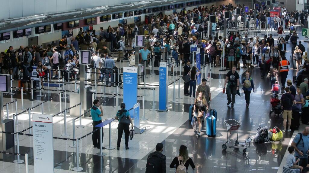 Los turistas esperan para facturar sus vuelos, mientras la industria turística de Costa Rica se prepara para el brote de la enfermedad coronavirus (COVID-19), en Alajuela, Costa Rica, el 19 de marzo de 2020.