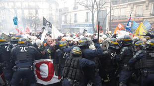 2020-01-28T140804Z_1558687648_RC22PE96KVXT_RTRMADP_3_FRANCE-PROTESTS-FIREFIGHTERS (1)
