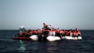 Des membres de l'ONG SOS Méditerranée viennent au secours de migrants en pleine mer, le 9 juin 2018.