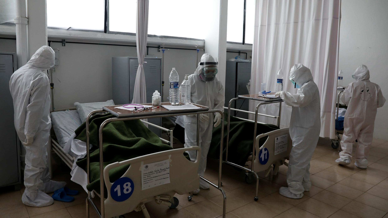 Se ve al personal médico cuidando a los pacientes, en la Ciudad de México, México, 20 de agosto de 2020. Fotografía tomada el 20 de agosto de 2020.