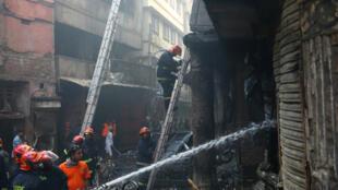 Alrededor de 200 bomberos controlan un incendio generado en la zona antigua de Daca, capital de Bangladesh el 21 de febrero de 2019.