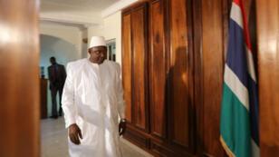 Le président gambien Adama Barrow lors de son investiture à l'ambassade gambienne de Dakar, le 19 janvier 2017.